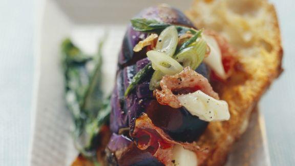 Rezept: Grill-Aubergine mit Mozzarella und Salami