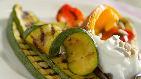 Rezept: Grillgemüse mit Joghurtdip und Sonnenblumenkernen