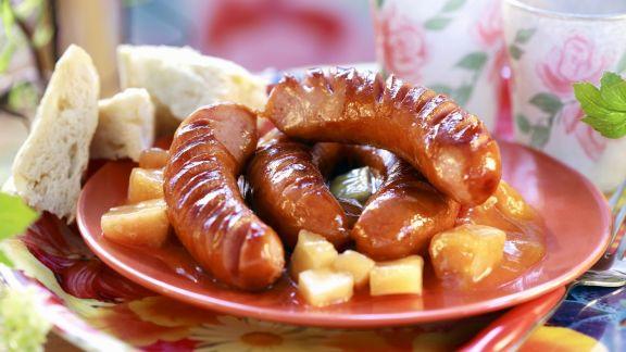 Rezept: Grillwürstchen auf Ananas-Aprikosen-Kompott