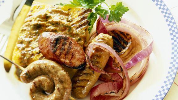 Rezept: Grillwürste mit Polenta und Zwiebeln