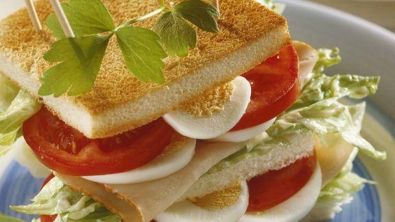 Rezept: Großes Sandwich mit Putenschinken, Ei und Tomate