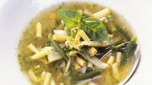 Rezept: Grüne Gemüsesuppe mit Pesto