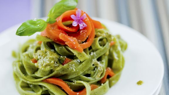 Rezept: Grüne Pasta mit geräuchertem Lachs