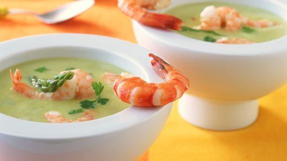 Rezept: Grüne Spargelcremesuppe mit Garnelen