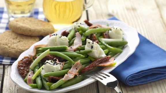 Rezept: Grüner Bohnensalat auf griechische Art mit Speck und getrockneten Tomaten