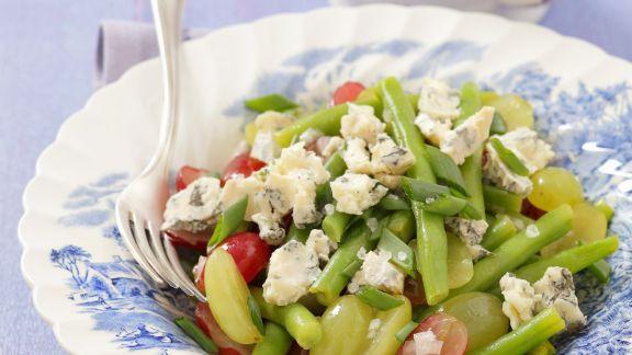Rezept: Grüner Bohnensalat mit pikantem Käse und Trauben