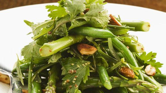 Rezept: Grüner Gemüse-Mandel-Salat aus Bohnen und Spargel