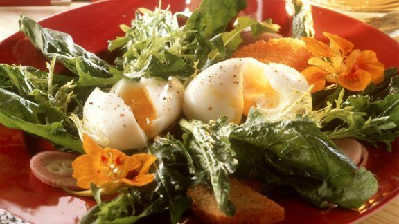 Rezept: Grüner Salat mit Eiern und Blüten