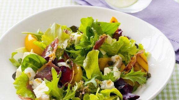 Rezept: Grüner Salat mit Pfirsich, Schinken und Schafskäse