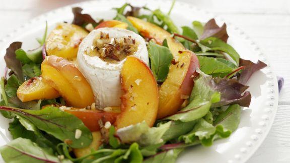 Rezept: Grüner Salat mit Pfirsich, Ziegenkäse und Walnussvinaigrette