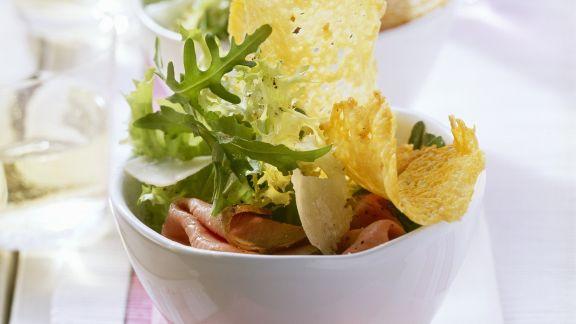 Rezept: Grüner Salat mit Roastbeef und Parmesantalern