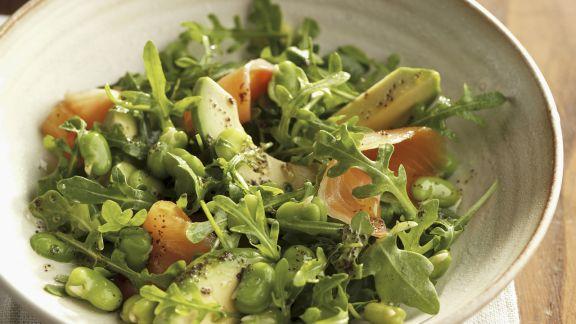Rezept: Grüner Salat mit Saubohnen, Avocado und Lachs