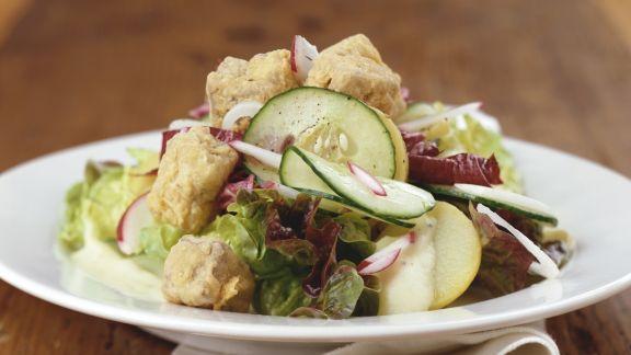 Rezept: Grüner Salat mit Schweinebacken, Gurke und Radieschen