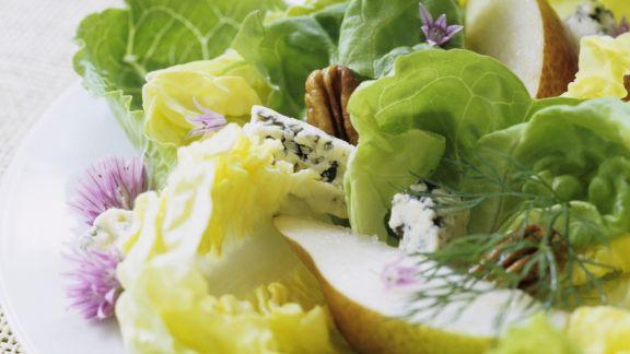Rezept: Grüner Salat mit Walnüssen, Blauschimmelkäse und Birne