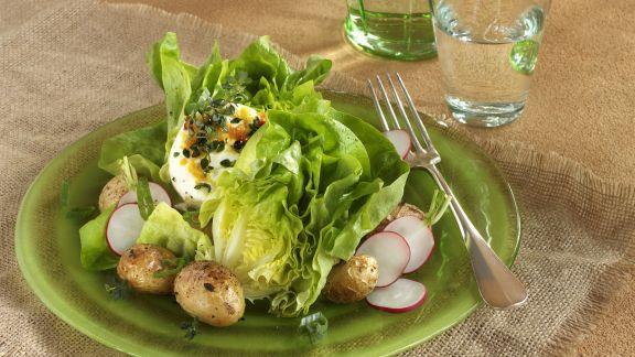 Rezept: Grüner Salat mit Ziegenfrischkäse und Ofenkartoffeln