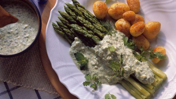 Rezept: Grüner Spargel mit Kräutersoße und Kartoffeln