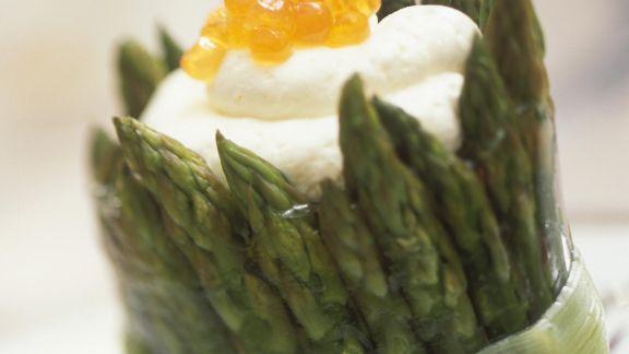 Rezept: Grüner Spargel mit weißer Mousse und Kaviar