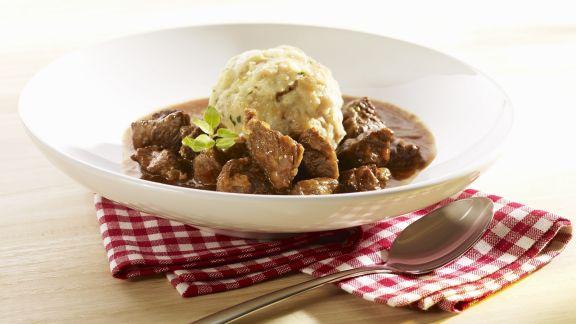 Rezept: Gulasch vom Rind mit Semmelkloß