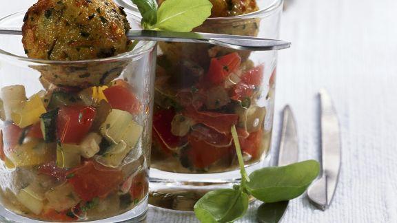Rezept: Gurken-Tomatensalat mit Hackklößchen