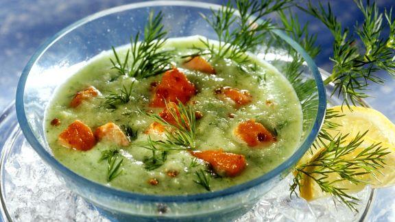 Rezept: Gurkenkaltschale mit Lachswürfeln