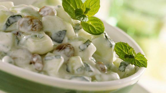 Rezept: Gurkensalat mit Rosinen und Minze