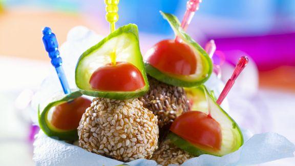 Rezept: Hackbällchen in Sesam mit Gurke und Tomate