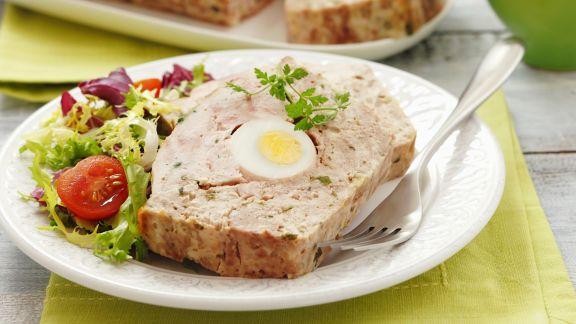 Rezept: Hackbraten mit Ei und grünem Salat