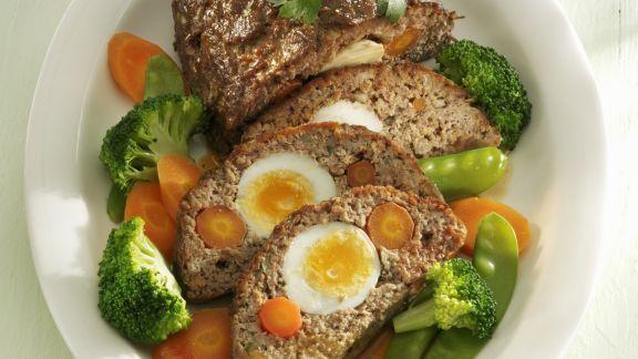 Rezept: Hackbraten mit Eiern und Möhren gefüllt