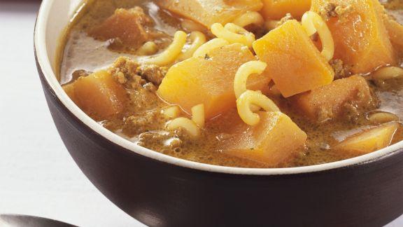 Rezept: Hackfleisch-Kürbissuppe mit Nudeln