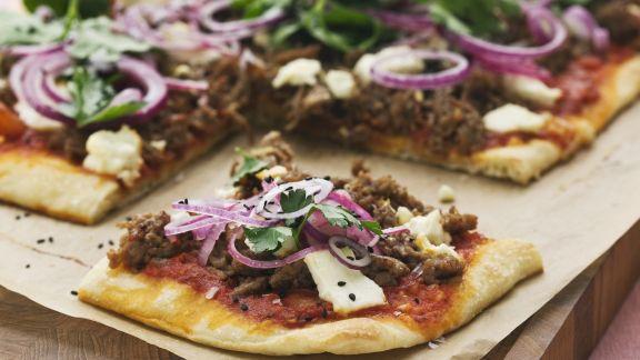 Rezept: Hackfleisch-Pizza mit Zwiebeln, Sesam und Käse