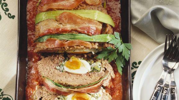 Rezept: Hackfleischbraten mit Eiern gefüllt dazu Tomatensoße