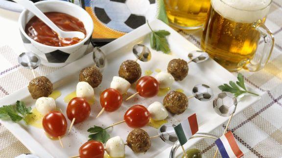 Rezept: Hackfleischspieße mit Tomate und Mozzarella zum Fußballspiel