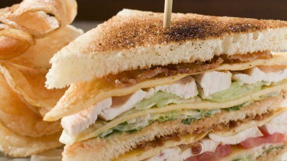 Rezept: Hähnchen-Clubsandwich mit Chips
