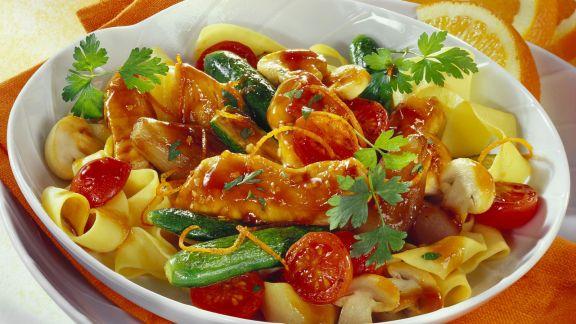 Rezept: Hähnchen in Honigmarinade mit Nudeln und Gemüse