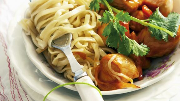 Rezept: Hähnchen in süß-saurer Marinade mit asiatischen Nudeln