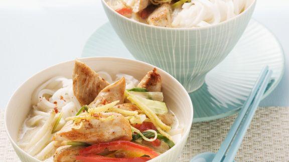 Rezept: Hähnchen-Kokos-Suppe mit Reisnudeln und Gemüse