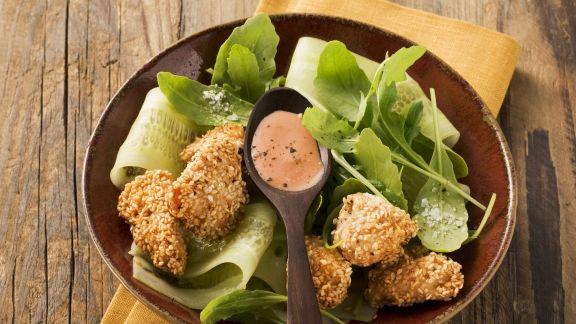 Rezept: Hähnchen mit Sesampanade und Rucolasalat