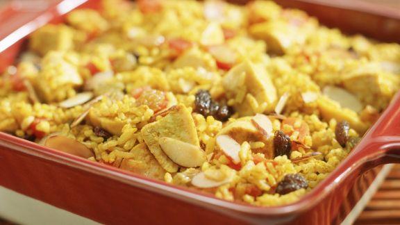 Rezept: Hähnchen-Reisauflauf mit Tomaten, Mandeln und Sultaninen