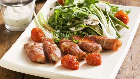 Rezept: Hähnchen-Schinken-Wickel mit Blattsalat