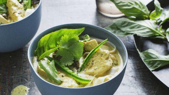Rezept: Hähnchen-Suppe mit Kräutern aus Malaysia
