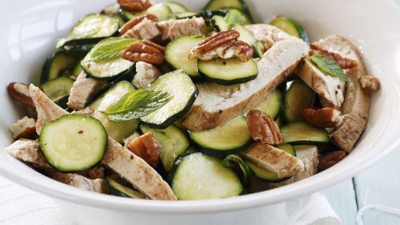 Rezept: Hähnchen-Zucchini-Salat mit Nüssen