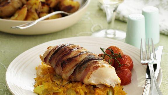 Rezept: Hähnchenbrust mit Bacon auf Möhren-Lauch-Gemüse