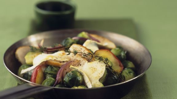 Rezept: Hähnchenbrust mit Rosenkohl und Äpfeln überbacken mit Ziegenkäse
