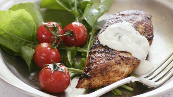 Rezept: Hähnchenbrust vom Grill mit Salat und Joghurt-Gurken-Dip