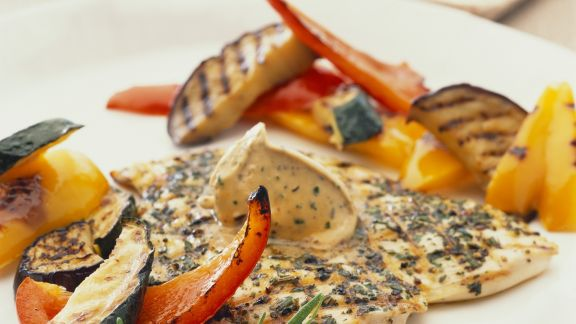 Rezept: Hähnchenbrustfilet mit Kräuterbutter und gegrilltem Gemüse