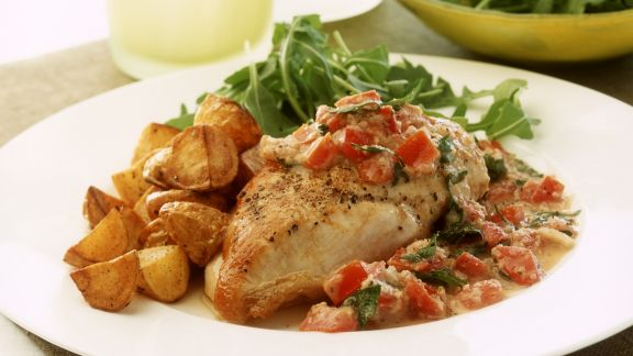 Rezept: Hähnchenbrustfilet mit Paprika-Nuss-Soße und Blechkartoffeln