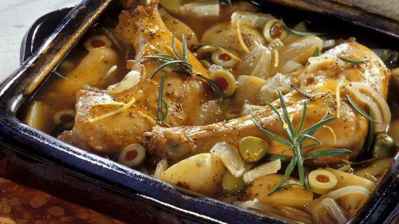 Rezept: Hähnchenkeulen, eingebettet in Kartoffeln und Oliven