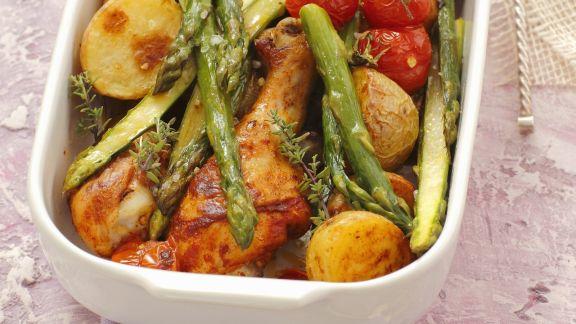 Rezept: Hähnchenkeulen mit kleinen Kartoffeln, Cherrytomaten und grünem Spargel