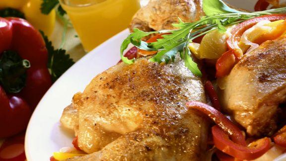 Rezept: Hähnchenkeulen mit Paprikastreifen