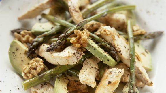 Rezept: Hähnchensalat mit Avocado, grünem Spargel und Walnusskernen
